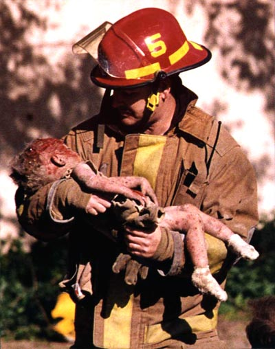 Chris Fields holding the dying infant Baylee Almon